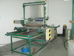 Automatic machine for cutting foil to the required length